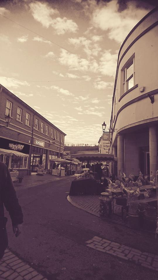 As the day begins, Stroud Farmers' Market is eerily quiet. And then.... (Photo (c) Kardien Gerbrands)